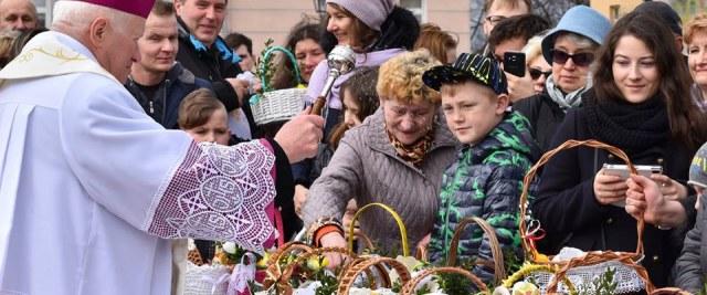 """Na sanockim Rynku poświęcono pokarmy wielkanocne. Za nami """"4. Śniadanie Wielkanocne"""" (VIDEO, ZDJĘCIA)"""
