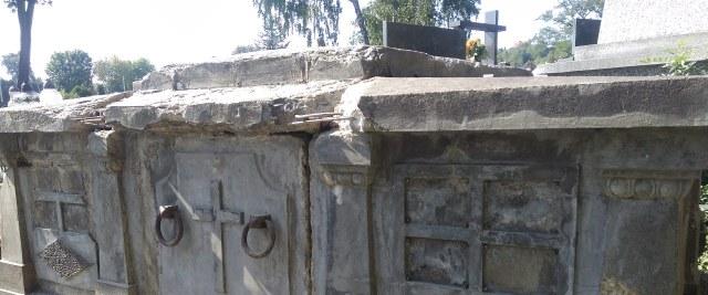Prace konserwatorskie przy grobowcu rodziny Bratro