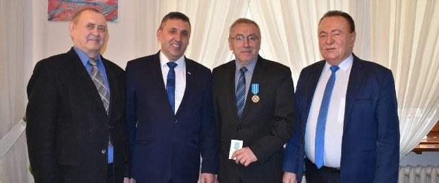 Burmistrz odznaczony przez weteranów i rezerwistów Wojska Polskiego.